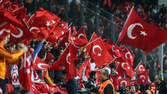 Ето защо бе освиркана минутата мълчание в Истанбул и какво скандират турските фенове