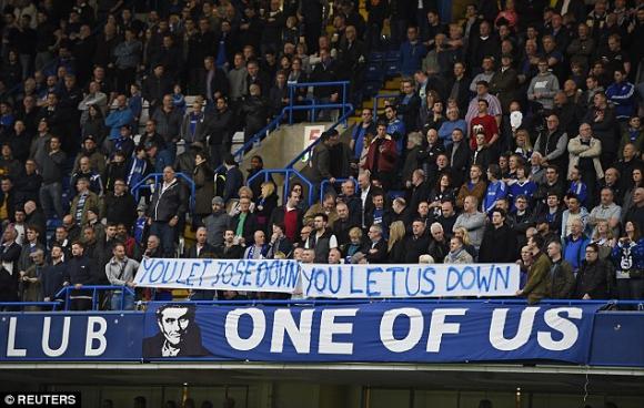 Феновете на Челси показаха любовта си към Моуриньо и нападнаха играчите