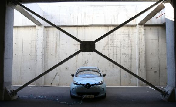 Зоя Светкавицата: Тест драйв на най-тихата кола в София