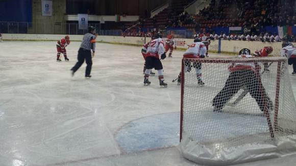 Масов бой между юношеските национали на България и Турция по хокей на лед (видео)