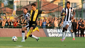 Основен футболист на Ботев (Пловдив) напусна клуба