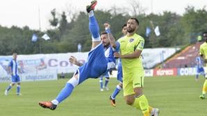 Златински и Попов с цял мач при победа на Университатя
