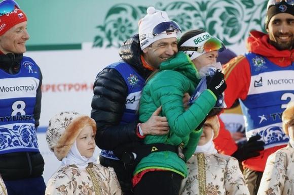 Бьорндален плътно до жена си след раждането