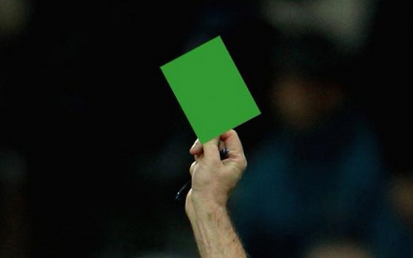 За първи път в историята футболист получи... зелен картон (видео)