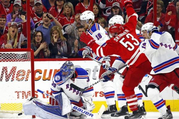 Джеф Скинър вкара два гола при победата на Каролина срещу Рейнджърс в НХЛ