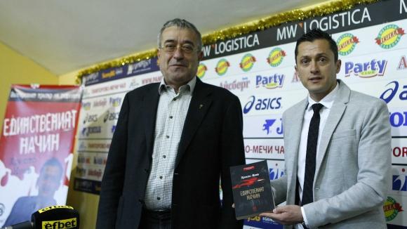 """Лазур"" се клати от напрежение, играчите на нож с Христо Янев"