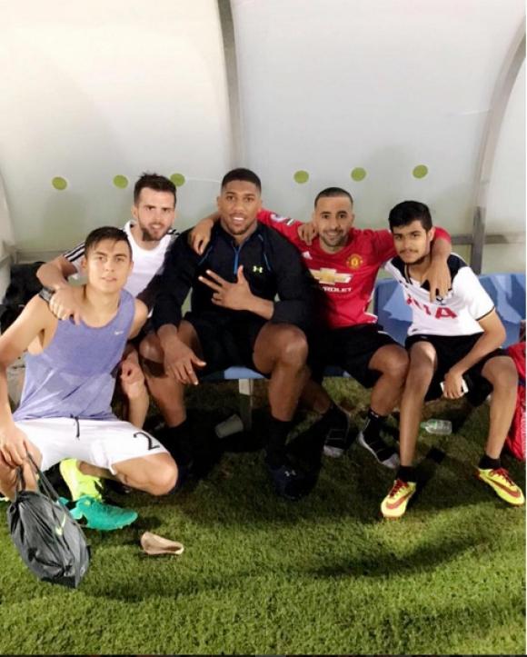 Антъни Джошуа впечатли Пянич и Дибала с футболните си умения в Дубай (видео)