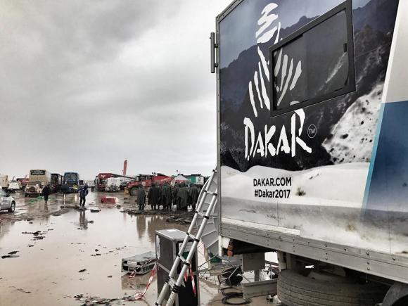 Порои съкратиха и днешния етап на Дакар