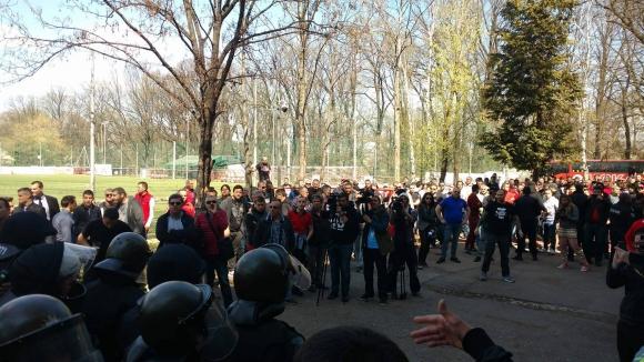 """Бащата на Бербатов гледа разправиите на """"Армията"""""""