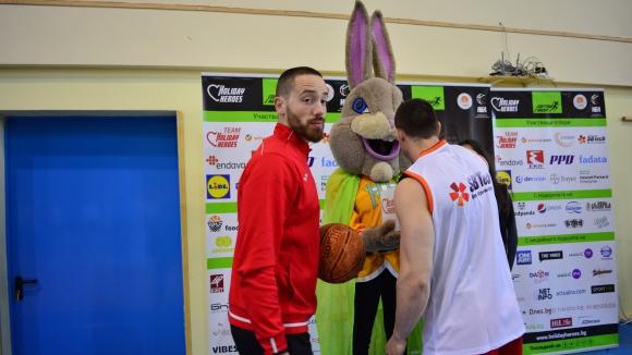 Топ баскетболисти участваха в турнирa на Holiday Heroes  (видео)