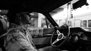Хамилтън разказва през смях за първата си кола (видео)