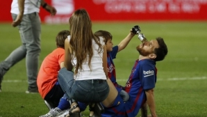 Играчите на Барса празнуват със своите жени и деца (галерия)