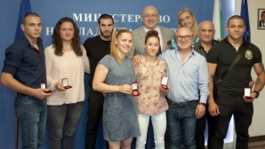 Министър Кралев връчи почетни медали на призьорите от Европейското първенство по самбо