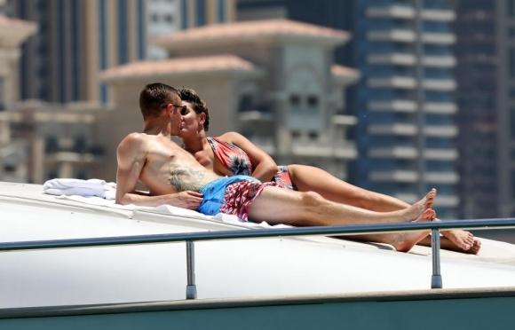 Джейми Варди разпуска на яхта в Дубай (галерия)