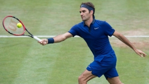 Федерер си усложни задачата, но все пак стигна финала в Хале
