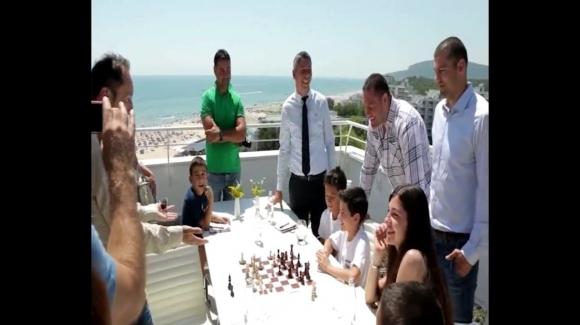 Веселин Топалов, Кубрат и Тервел Пулеви играха шахмат с млади шампиони в Албена