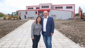 Министър Кралев инспектира залата на Станка Златева в Сливен