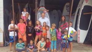 Министър Кралев се срещна с млади надежди от сърф училището в Бургас