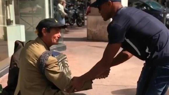 Патрис Евра раздава храна на бездомници в Марсилия
