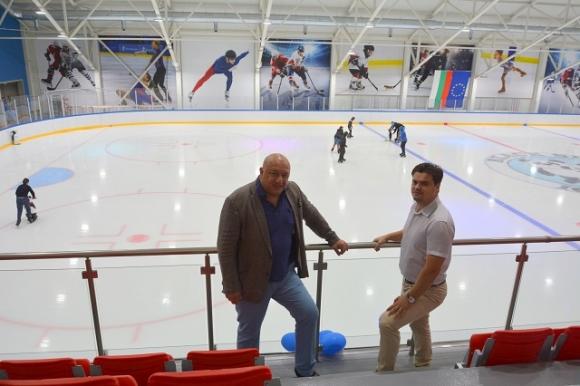 Министър Кралев се запозна с условията за спорт на закритата ледена пързалка в Кранево