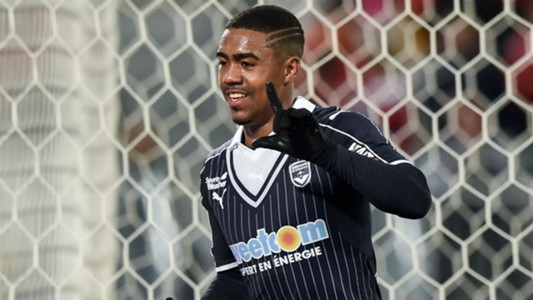 Той е млад. Той е от Сао Пауло. Той играе