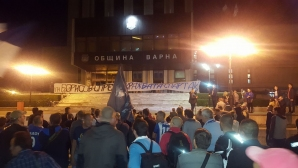Скандал в ефира: Феновете извадиха куфарче с пари, с които искат да купят СК Спартак АД