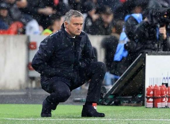 Юнайтед с право протака новия договор с Моу