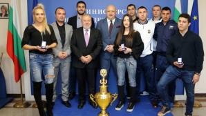 Министър Кралев връчи почетни медали на ММС на призьорите от Световното по кикбокс