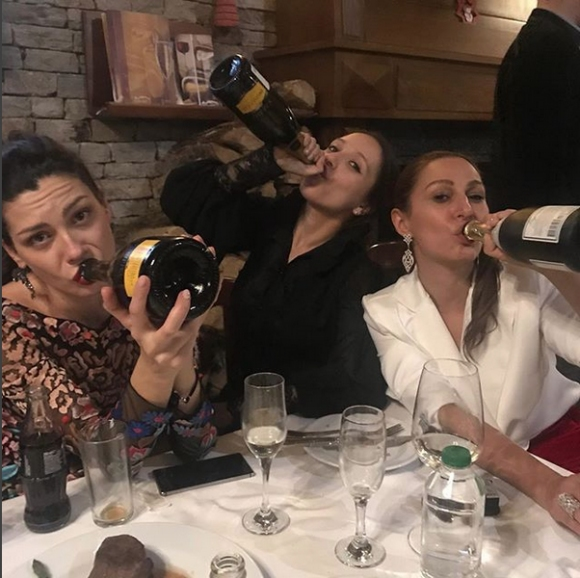 Мика празнува на маса и с ромски оркестър