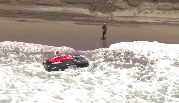 Пилот от Дакар почти изгуби колата си в... океана (видео)