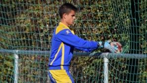 Алкоркон дава шанс на български вратар