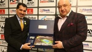 Министър Кралев с почетен подарък от директора на тенис турнира в Дубай