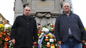 """Сини"" легенди поднесоха цветя на паметника на Васил Левски"