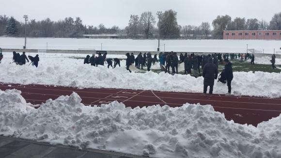 Областният управител и още 50 човека ринат сняг в Разград заради националния тим на България (снимки)