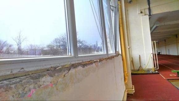 Атлетическата зала във Враца в покъртително състояние 6 месеца след ремонта
