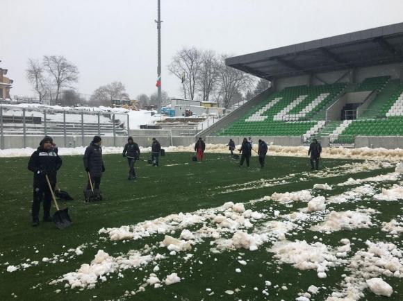 Лудогорец се бори със снега заради мача на България с Босна (снимки)