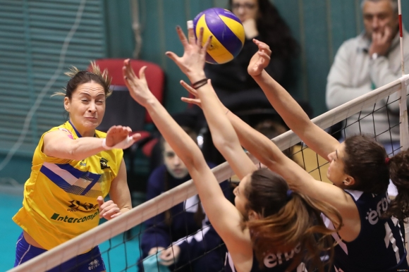 Деси Николова: Обидно е да играеш срещу съдиите