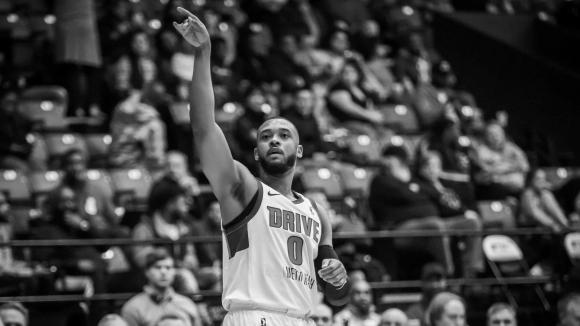 Баскетболист почина след припадък по време на мач