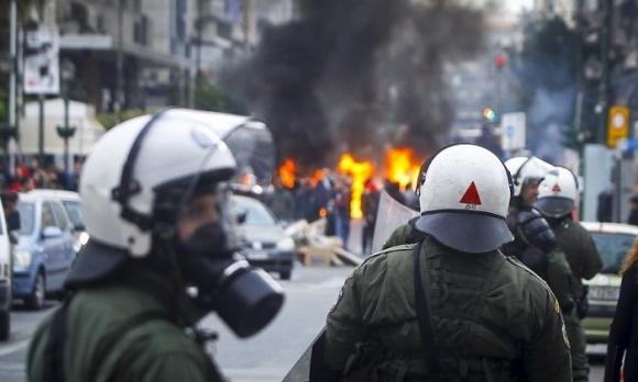 Футболни фенове атакуваха министър в Гърция