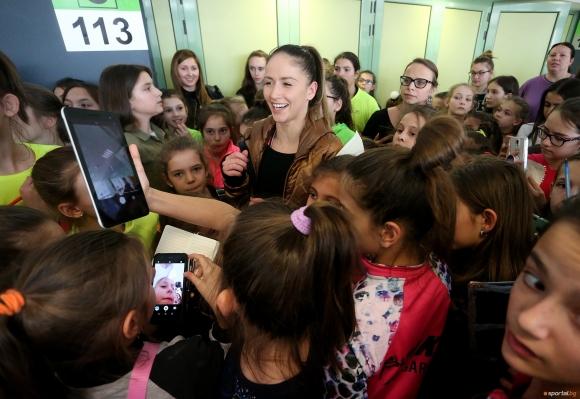 Невяна Владинова предизвика истерия с появата си на СК в София