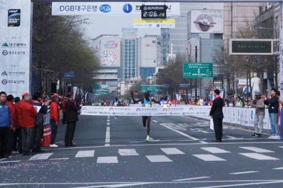 Киптум спечели маратона на Дегу с рекорд на трасето