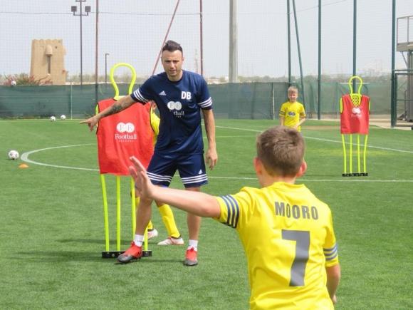 Бербатов учи деца на футбол в Дубай (снимки)