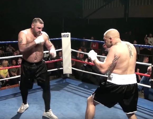 Луд боксов двубой с голи ръце завърши с жесток нокаут (видео)