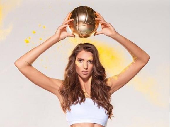 ゴールデンのバレーボールを持っているエリツァ・バシレバのかわいい画像