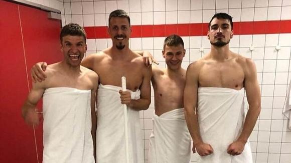 Футболисти на Байерн останаха само по хавлии