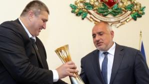 Любо Ганев показа на Бойко Борисов трофея на Мондиал 2018