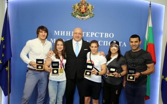 Министър Кралев награди шампионите и медалистите от европейското по борба