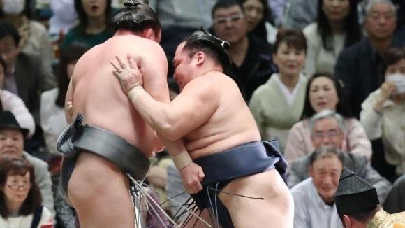 Аоияма допусна трета загуба на Майския турнир в Токио