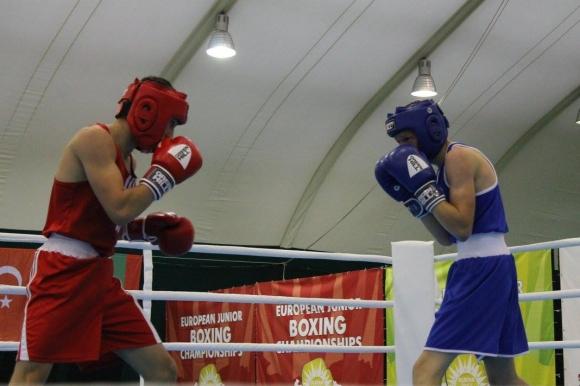 Трима наши боксьори се класираха за полуфиналите в Албена