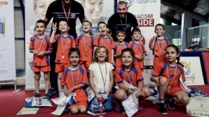ФК Олимпия усмихна близо хиляда деца на спортен празник